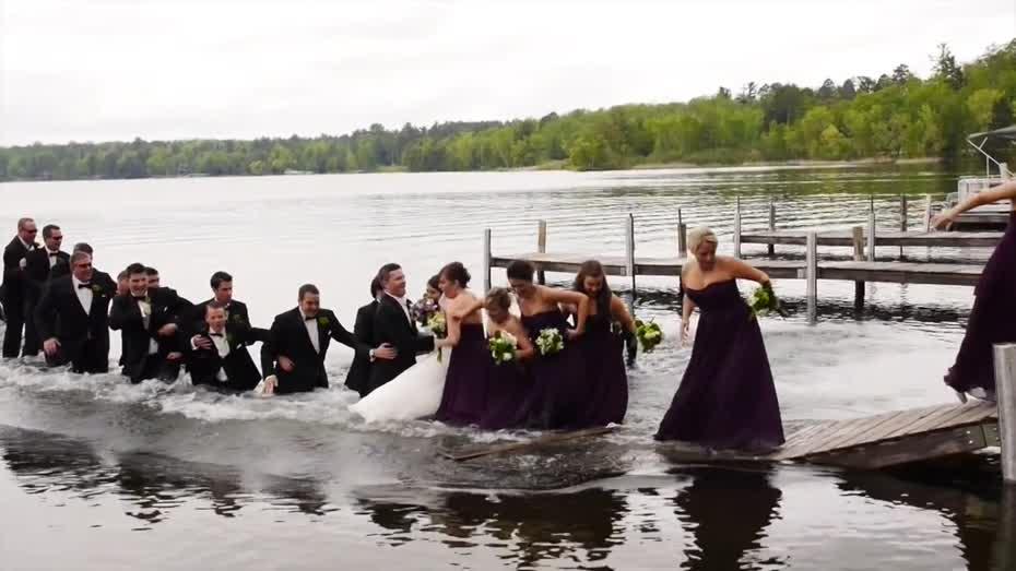 Boda graciosa en la que los novios e invitados caen al agua.
