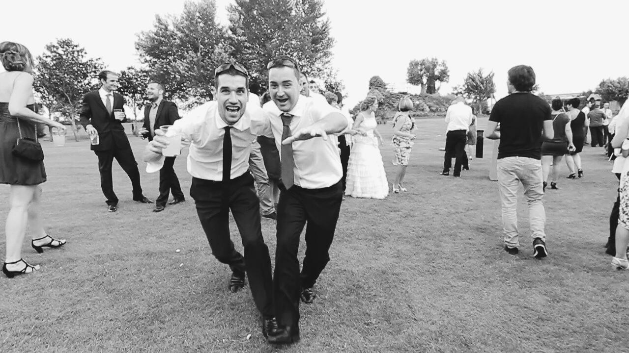 fotos de los amigos en una boda