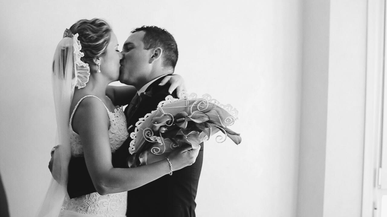Novios besándose el día de su boda